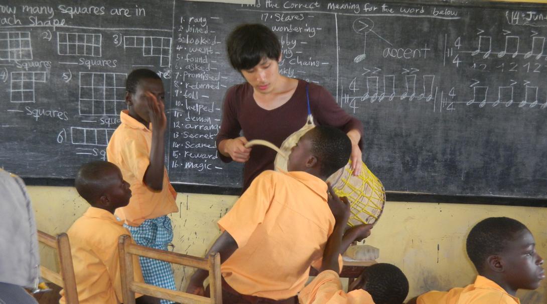 ガーナで教育活動に励む日本人ボランティア